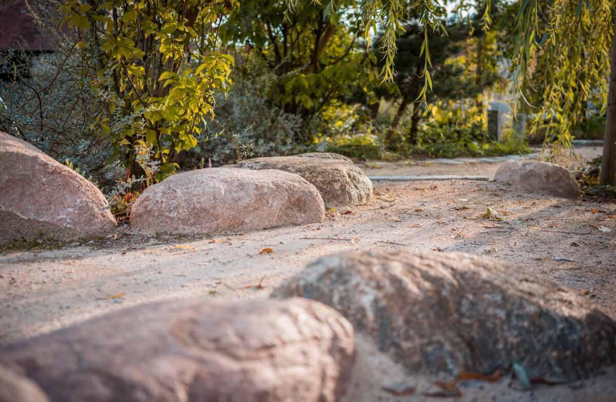 Weg mit großen Steinen