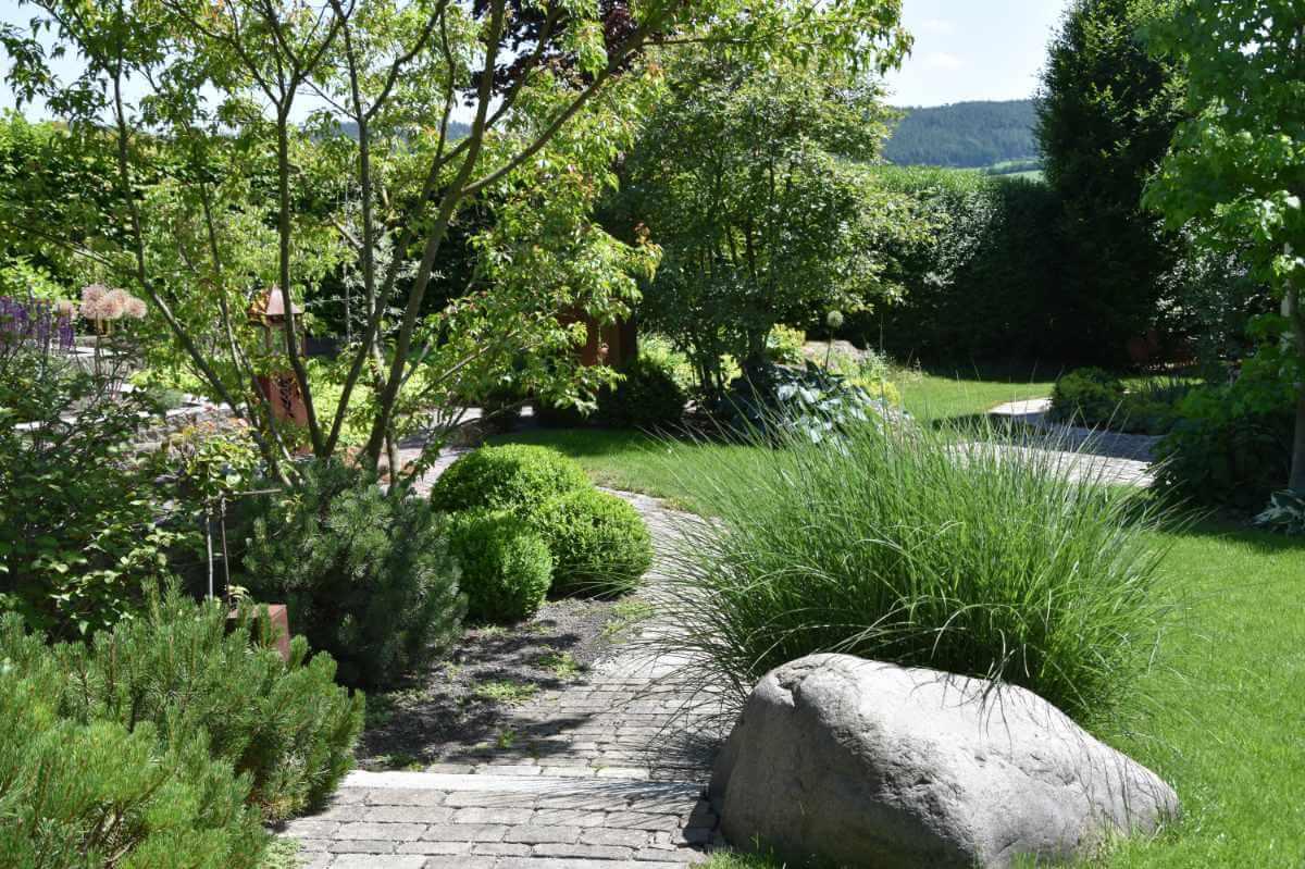 Gartengestaltung mit Pflasterweg